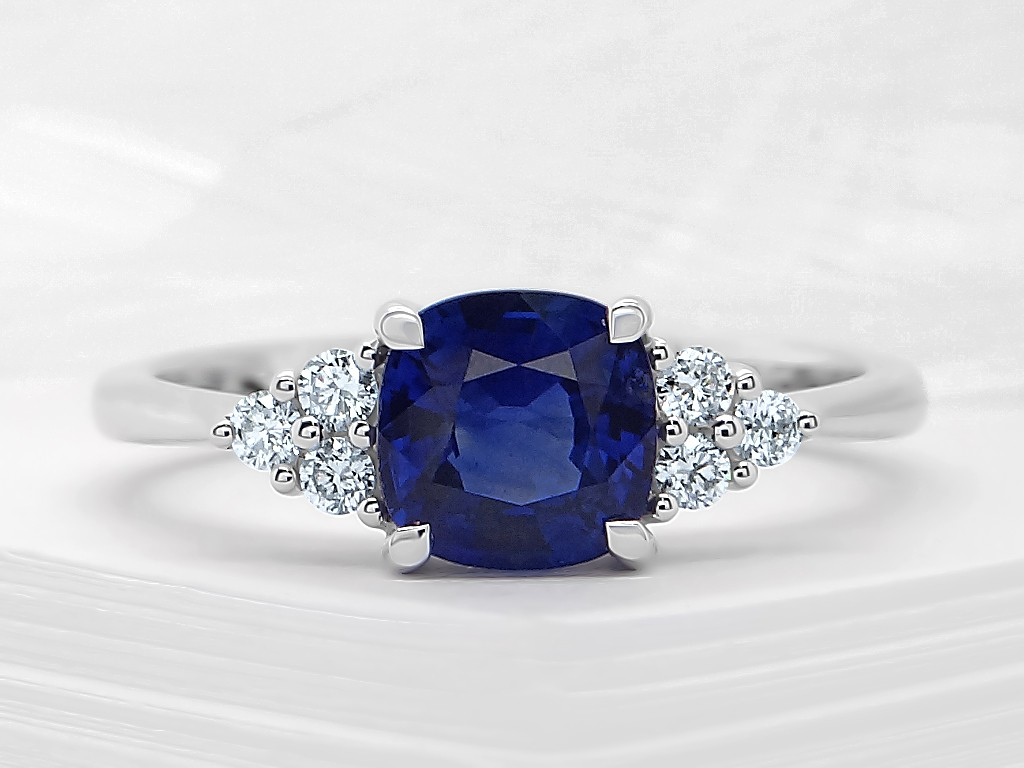 Kullast sõrmus teemantide ja safiiriga Kood: 22m